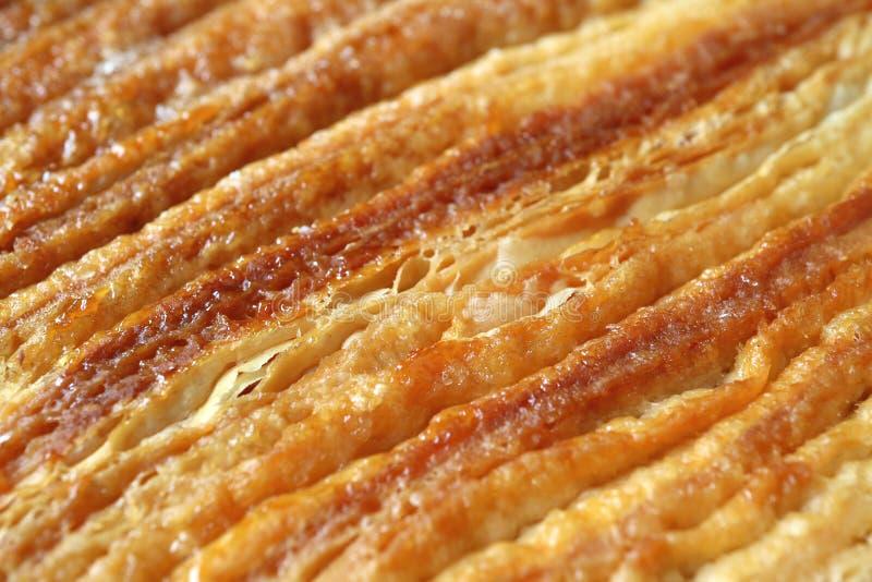 关闭法国更加获奖的酥皮点心或细平面海绵体曲奇饼滚动的和被折叠的层纹理  库存照片
