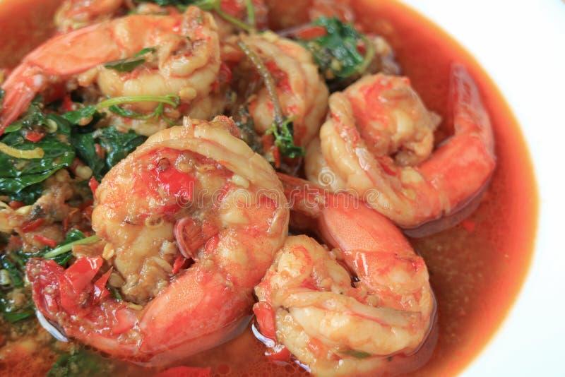 关闭泰国样式辣大虾搅动油煎与称Pad的圣洁蓬蒿Grapao Goong 库存图片