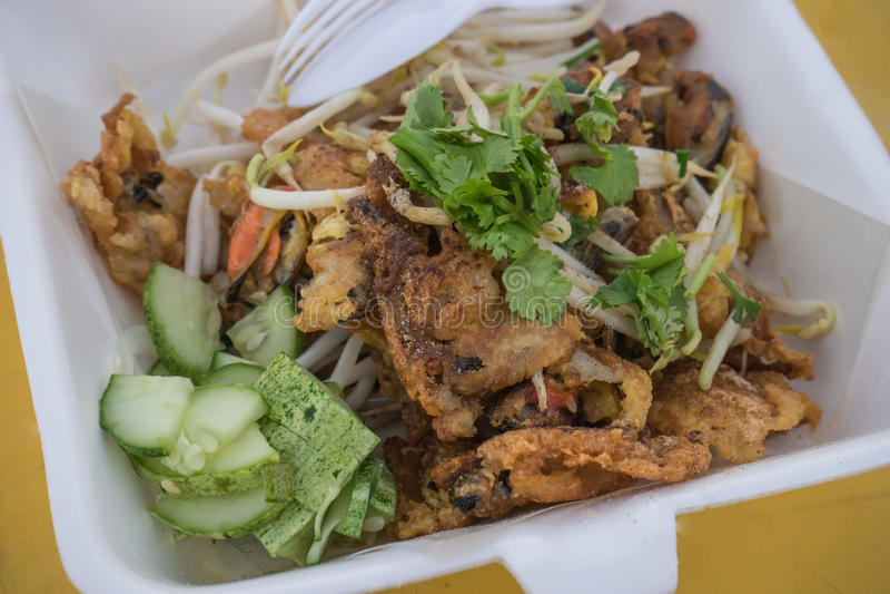 关闭泰国油煎的海淡菜用鸡蛋,面粉,豆芽 库存图片