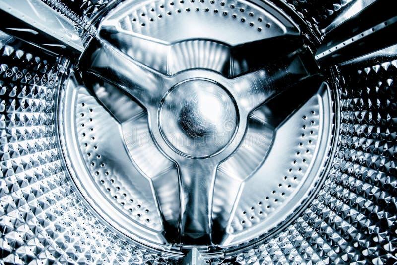 关闭洗涤物MachineClose在看法里面的一台洗衣机 免版税库存照片