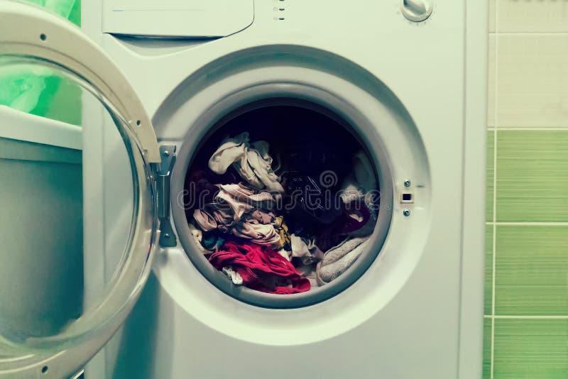 关闭洗衣机用衣裳装载了在白色背景 库存照片