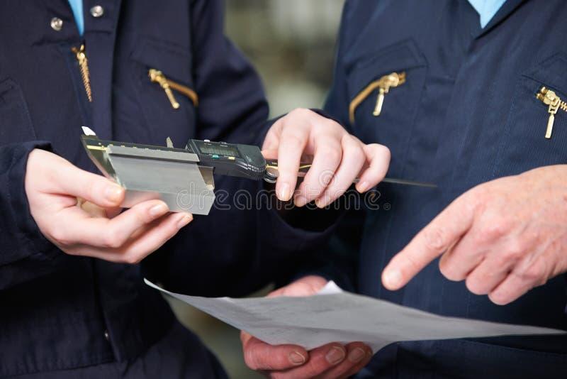 关闭测量与测微表的工程师组分 免版税库存照片