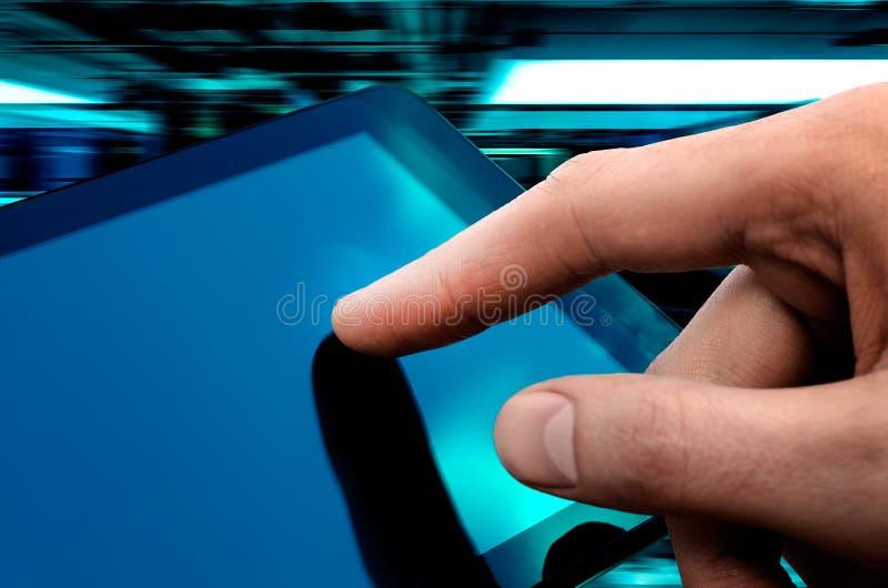 关闭涉及深度数字式域手指重点现有量图象人现代个人计算机屏幕浅的片剂 免版税库存照片