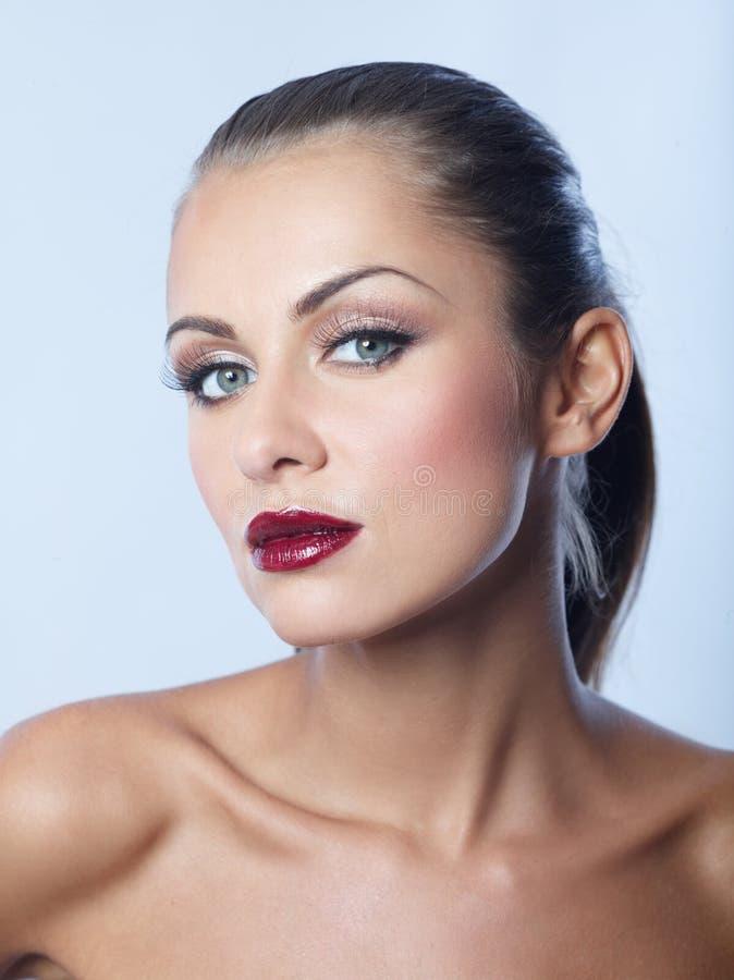 关闭深红唇膏的光秃的诱人的妇女 免版税库存照片