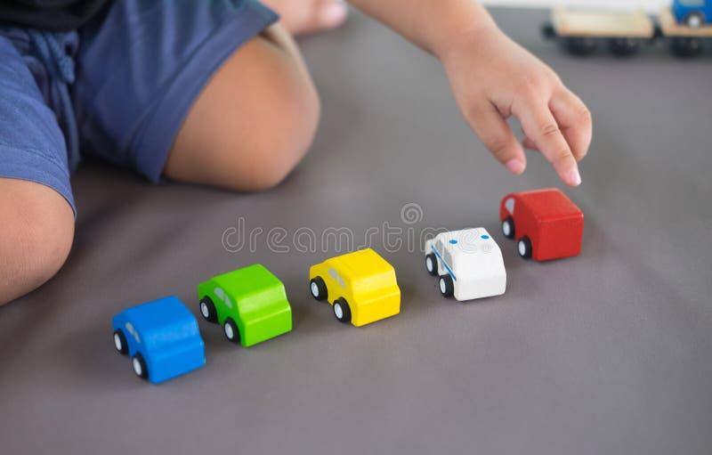 关闭演奏木汽车的儿童手 库存图片