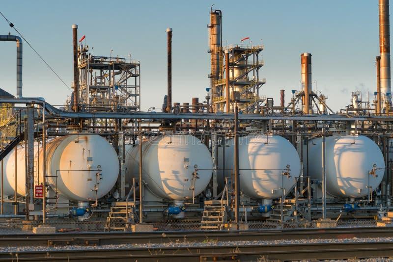 关闭炼油厂在日落 免版税库存图片