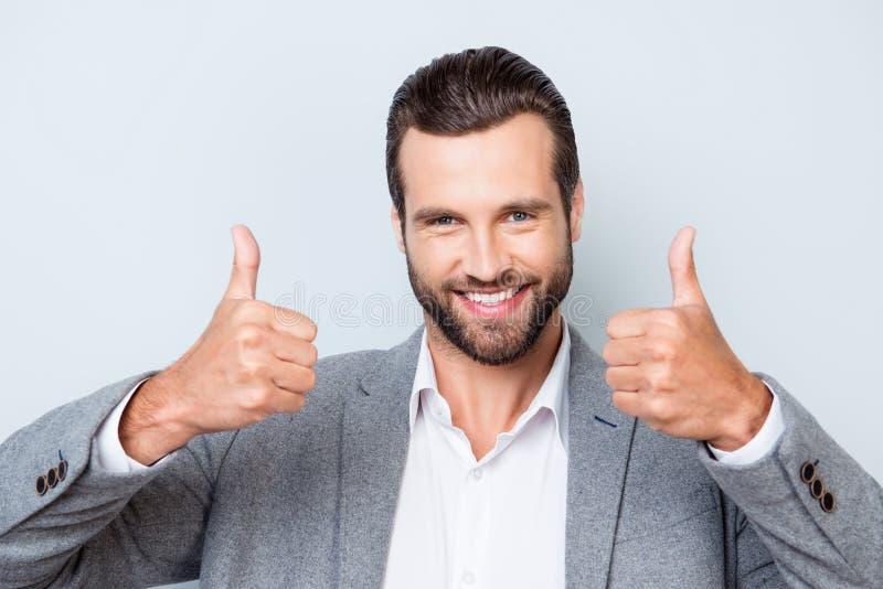 关闭照片高兴以灰色衣服的愉快的微笑年轻人 免版税图库摄影