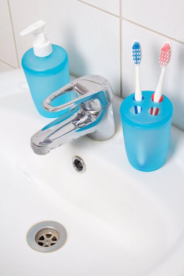 关闭牙刷和肥皂在水槽 库存照片