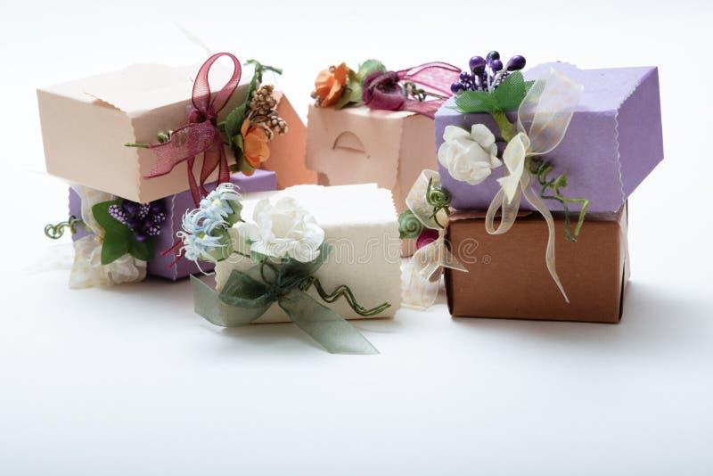 关闭特别亲切的礼物盒看法有丝带和花的 免版税库存照片