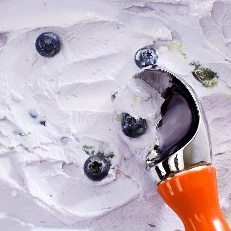 关闭瓢服务蓝莓冰淇凌 免版税库存图片