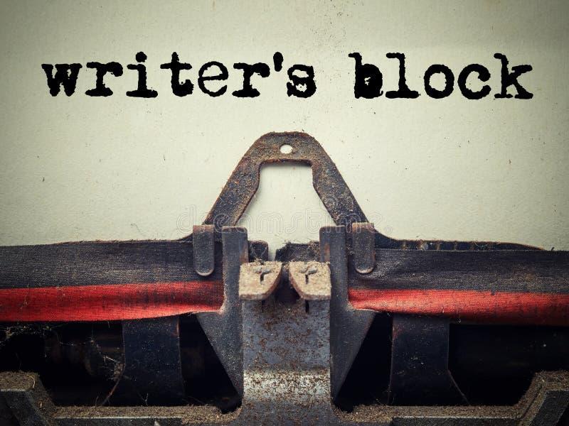 关闭用与作家的块文本的尘土盖的老打字机 免版税库存照片