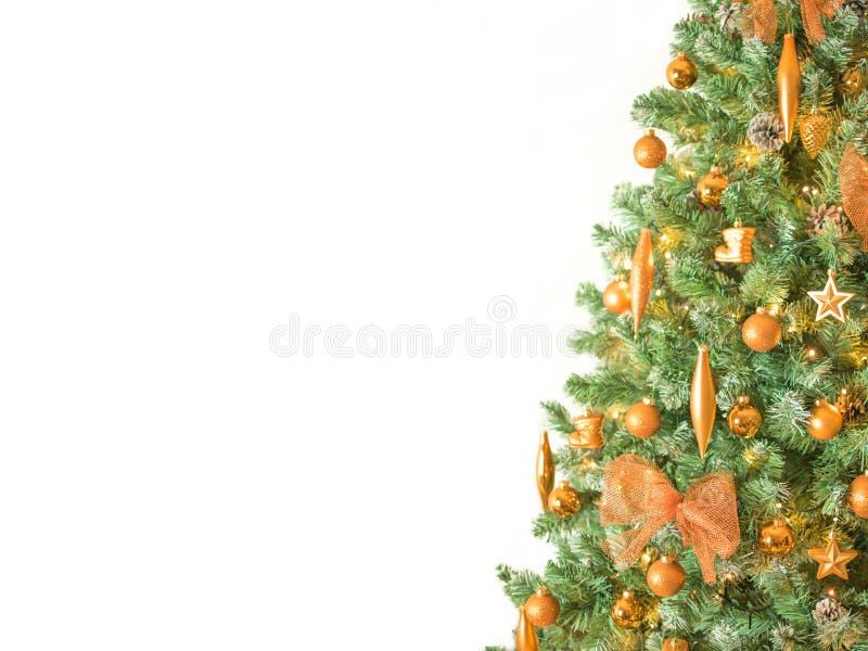 关闭用古铜色颜色装饰品装饰的现代圣诞树-隔绝在右边的白色背景 库存照片
