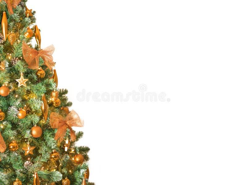 关闭用古铜色颜色装饰品装饰的现代圣诞树-隔绝在左边的白色背景 图库摄影