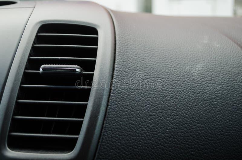 关闭由在一辆现代汽车里面的一个空调爱好者,一辆现代汽车的黑皮革板决定 免版税库存图片