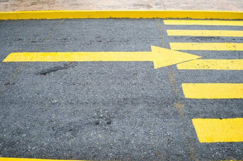 关闭由在方向的一个黄色箭头在右边,与箭头的黄色行人交叉路决定 库存图片