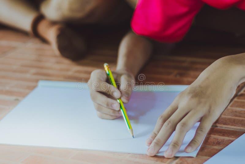 关闭由学生实践图画的手决定 免版税图库摄影