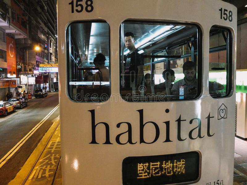 关闭电车在香港在晚上 免版税库存图片