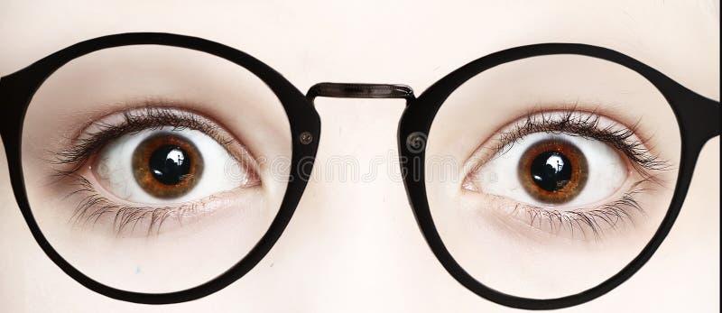 关闭男孩眼睛照片大开在玻璃 免版税库存图片