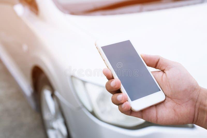 关闭男性手使用一个流动智能手机电话一位汽车修理师请求帮助协助 库存图片