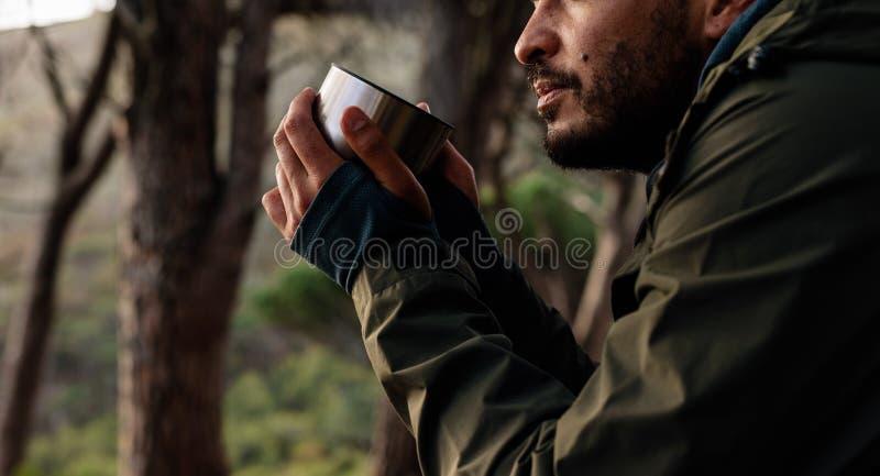 关闭男性远足者饮用的咖啡 库存图片