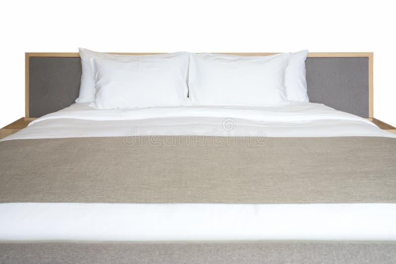 关闭白色卧具板料和枕头在旅馆客房 免版税库存图片
