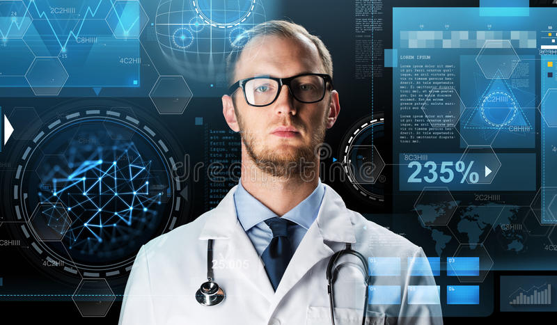 关闭白色外套的医生有听诊器的 免版税库存照片
