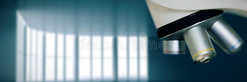关闭的综合图象在显微镜在实验室 免版税库存照片