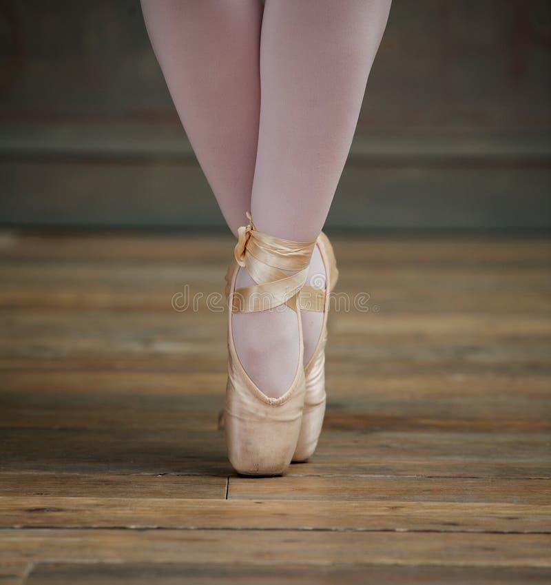 关闭的芭蕾舞女演员突出在脚趾的观点 免版税库存图片