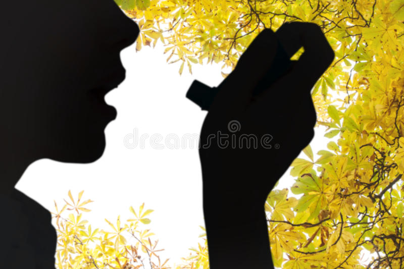关闭的综合图象使用哮喘吸入器的妇女 库存图片
