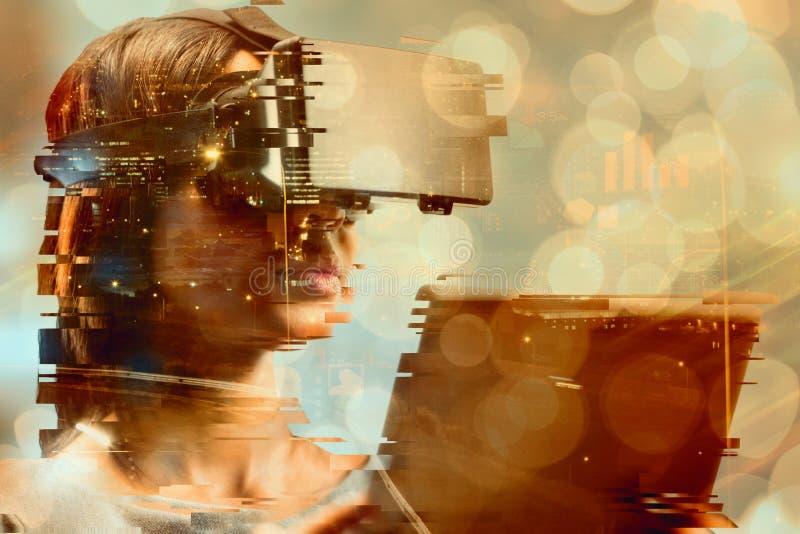 关闭的综合图象拿着真正玻璃和片剂计算机的女实业家 图库摄影