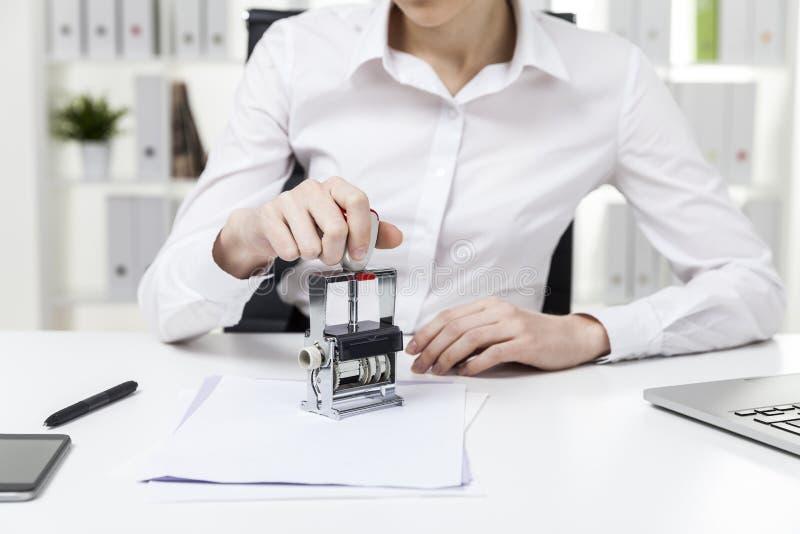 关闭盖印文件的女孩 免版税库存图片