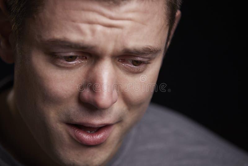 关闭看哭泣的年轻的白人画象下来 图库摄影