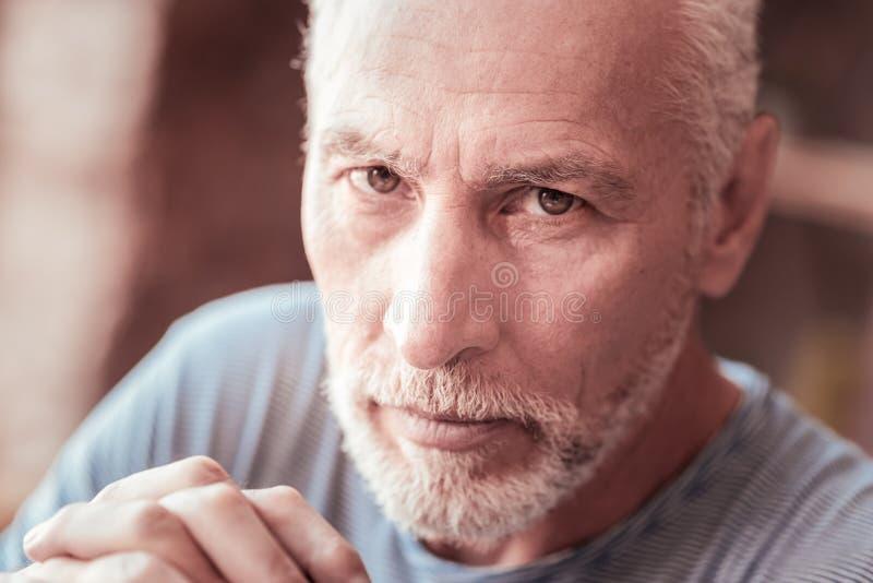 关闭看您的严肃的年长人 免版税库存照片