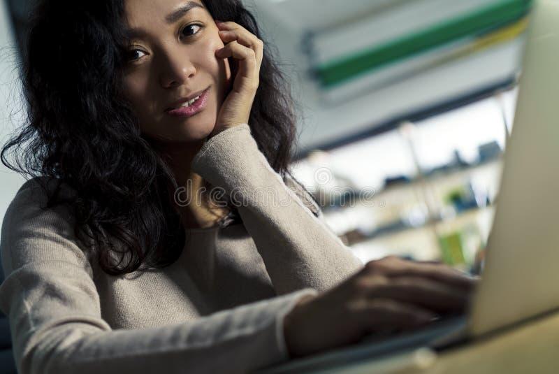 关闭看您的微笑的亚裔女孩 免版税库存照片
