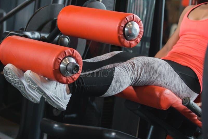 关闭看法健身房供以座位的腿卷毛 库存图片