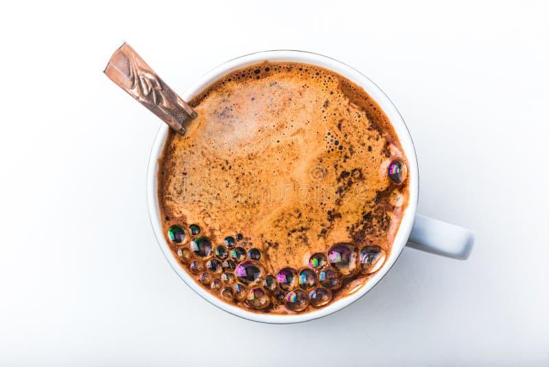 关闭看法在一个加奶咖啡杯子的泡影 免版税库存图片