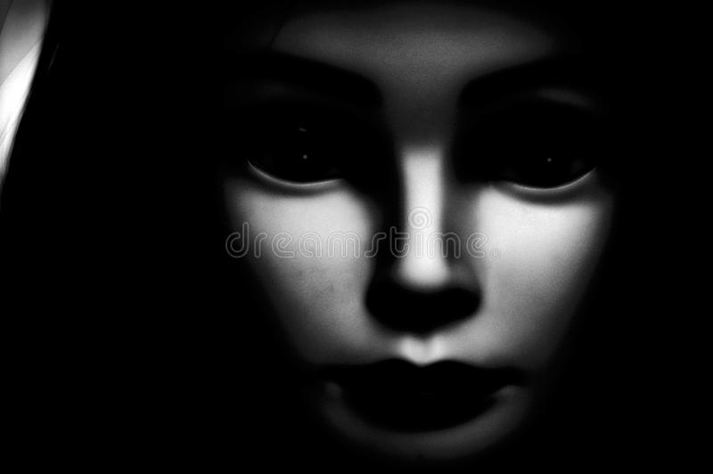 关闭看直接地观察者的一个鬼的看起来的黑眼睛的孩子,以过大的黑眼圈、苍白皮肤和黑敞篷为特色 向量例证
