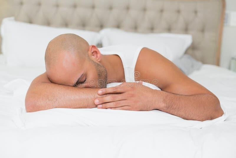 关闭睡觉在床上的一个人 免版税库存照片
