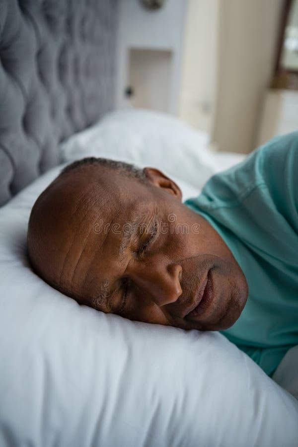 关闭睡觉在床上的老人 库存图片