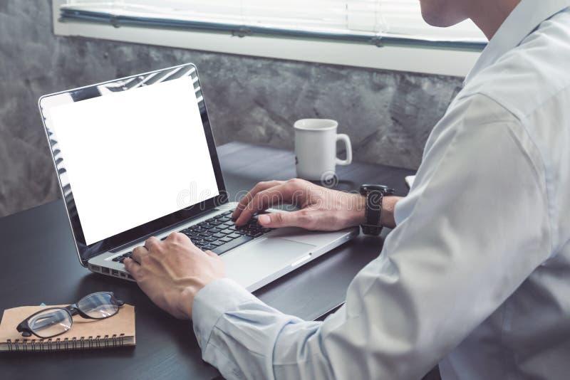 关闭研究在黑书桌上的膝上型计算机的商人 库存照片