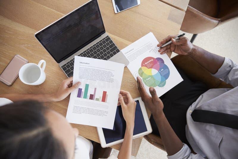 关闭研究膝上型计算机的买卖人在会议室里 免版税库存照片
