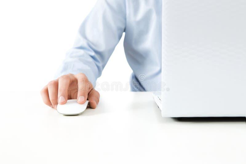 关闭研究膝上型计算机的年轻人 库存照片