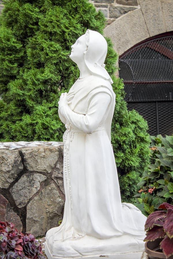 关闭祈祷对保佑的母亲玛丽,我们的法蒂玛的夫人的牧羊人孩子的图象 库存照片