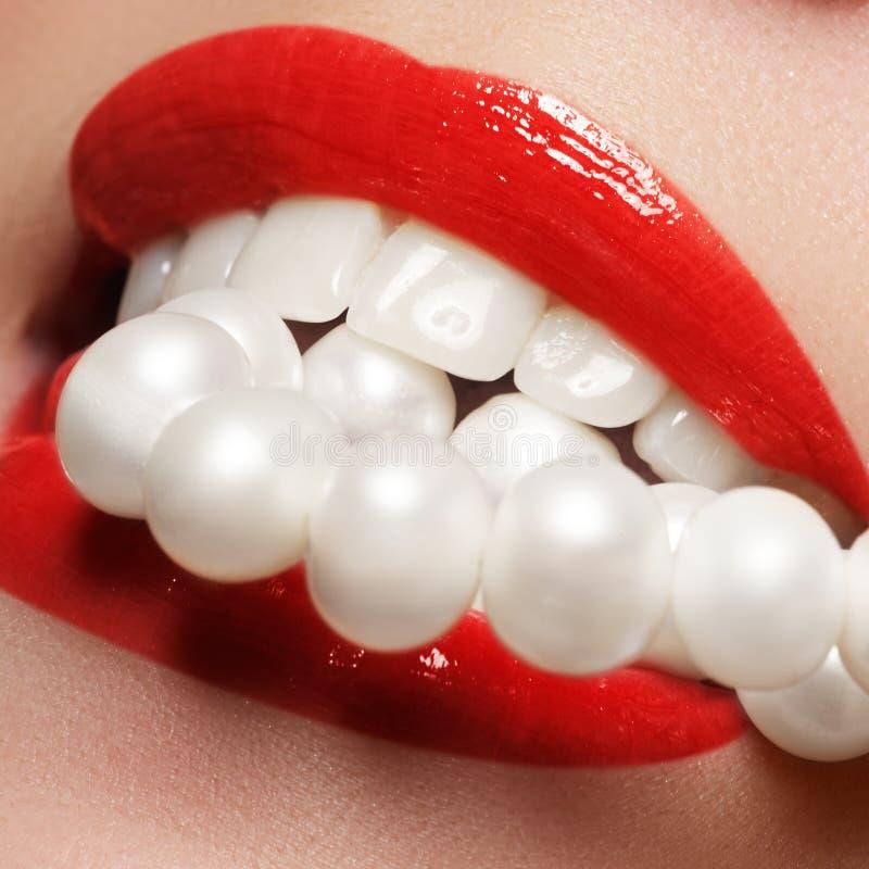 关闭秀丽少妇自然微笑的画象视图与红色嘴唇的 经典秀丽细节 红色唇膏和白色牙 库存照片
