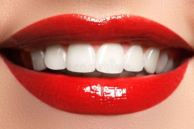 关闭秀丽少妇自然微笑的画象视图与红色嘴唇的 经典秀丽细节 红色唇膏和白色牙 免版税库存照片