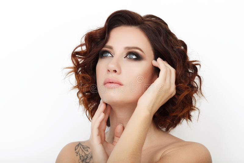 关闭秀丽演播室被射击有华美的构成卷发的美丽的红头发人妇女 免版税库存照片