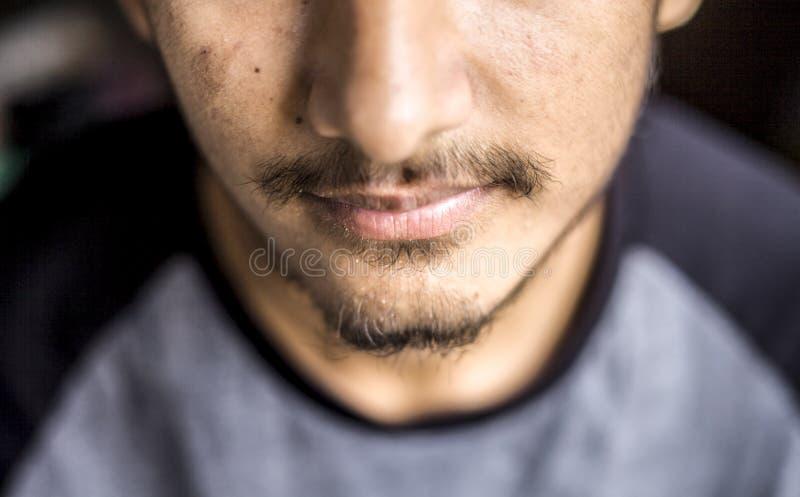 关闭穿有正常头发的一个男性白种人少年的黑色的胡子黑色的T恤杉 库存图片
