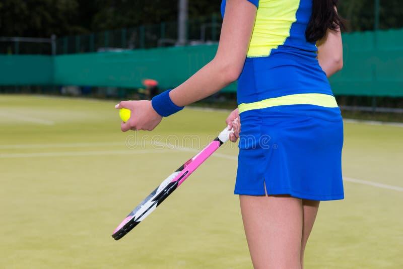 关闭穿运动服的妇女对网球bal负  库存图片