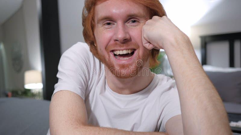关闭笑的激动的偶然红头发人人 库存图片