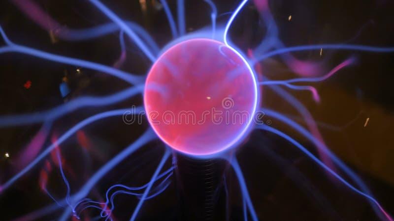 关闭等离子球看法与里面许多能量光芒的 库存照片